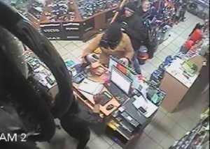 Вооружённые брянцы в женской одежде ограбили магазин