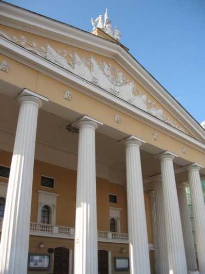 Работнику Брянского драмтеатра вернули жалованье с компенсацией