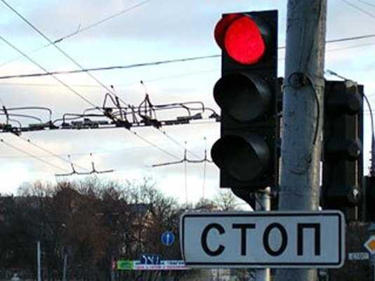 В Брянске возле светофора столкнулись три легковушки