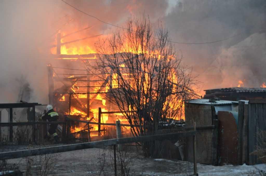 На улице Фокина в Брянске загорелся дом