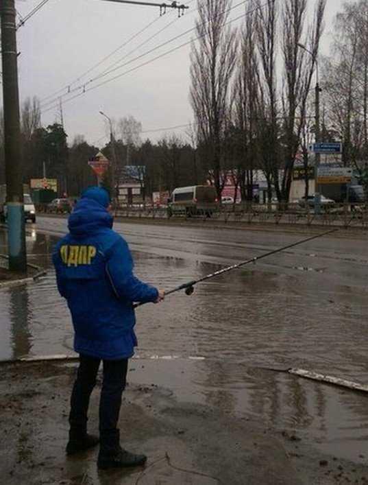 Бойцы ЛДПР порыбачили на Московском проспекте Брянска