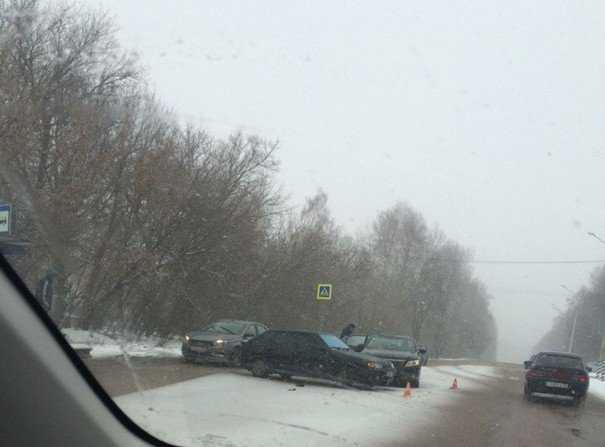 Сильный снегопад осложнил обстановку на дорогах Брянской области