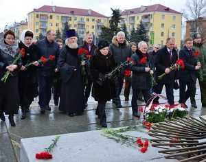 Руководители Брянской области возложили цветы к воинским памятникам