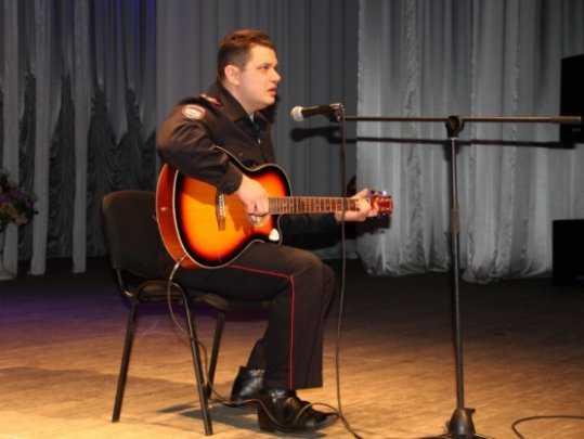 Брянские полицейские поздравили солиста «Любэ» Николая Расторгуева