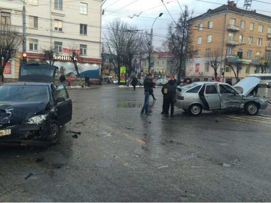 В центре Брянска в ДТП пострадала молодая женщина