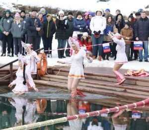 Девушки в кокошниках искупались в открытом озере на фестивале в Брянске
