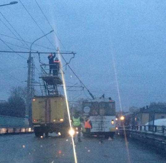 Вечером движение в Брянске остановилось из-за оборванных проводов