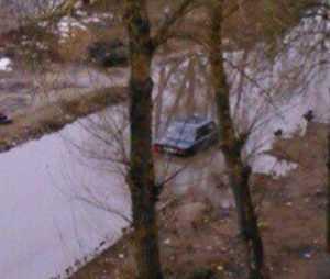 В Брянске после дождя автомобиль ушел под воду