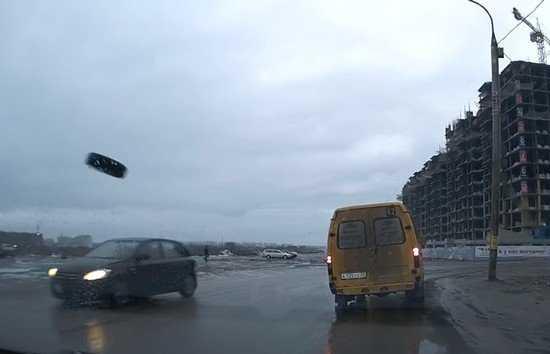 Отвалившееся колесо брянской маршрутки обрушилось на легковушку