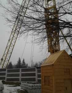 В Брянске над детсадом угрожающе навис строительный кран