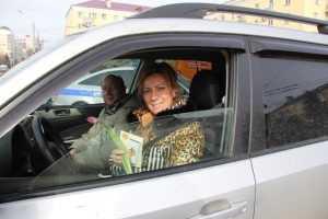 Брянские гаишники поздравили с праздником более 200 женщин