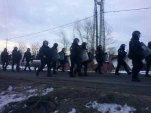 Омоновцы оцепили поселение бунтующих цыган