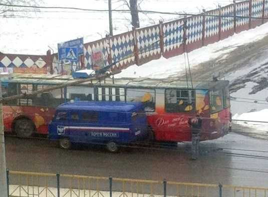 В Брянске почтовый «УАЗ» и троллейбус не поделили дорогу