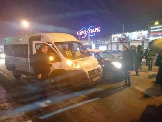 В Брянске около «Аэропарка» столкнулись маршрутка 38 и легковушка