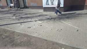 В Брянске прохожие едва не попали под град кусков штукатурки