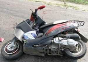 В Брянске водитель «Мерседеса» сломал руку скутеристу
