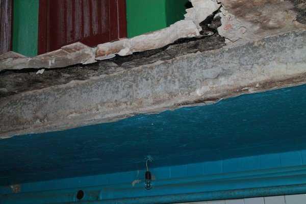 Брянских коммунальщиков наказали за рухнувший потолок