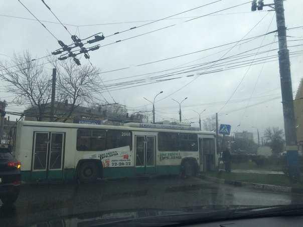 В Брянске троллейбус сбил дорожный знак