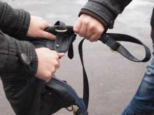 В Брянске задержан грабитель, напавший на женщину возле магазина