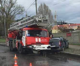 В Брянске столкнулись пожарная и легковая машины