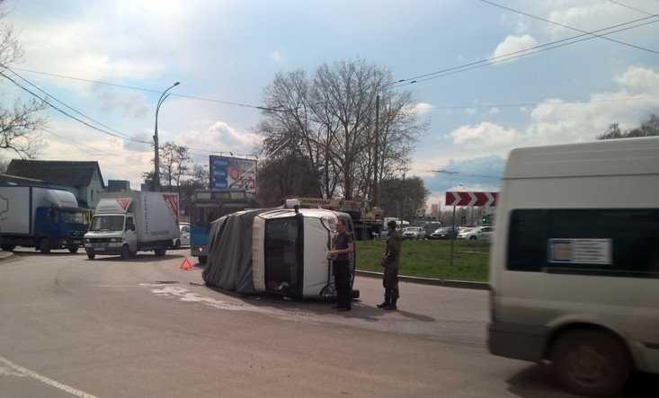В Брянске на кольце у телецентра перевернулся грузовик