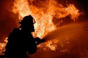 Под Брянском в гараже сгорела иномарка