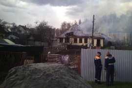Почти час пожарные тушили горящий дом под Брянском