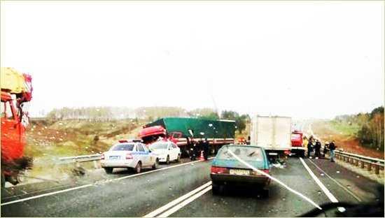 При столкновении на брянской дороге трактора и грузовика пострадал человек