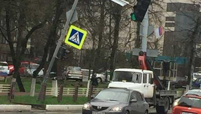 В Брянске столб со светофором превратился в шлагбаум