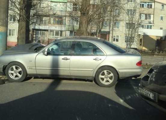 В Брянске пострадала пассажирка врезавшегося в столб «Мерседеса»