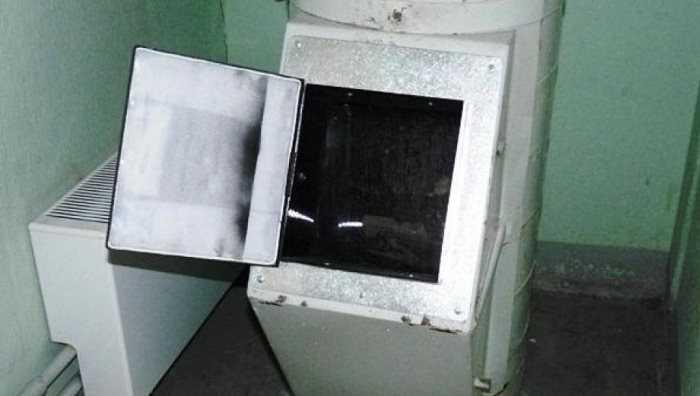 В подъезде брянской многоэтажки потушили горевший мусор
