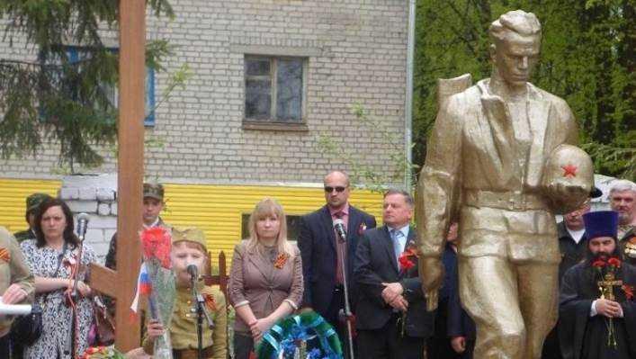 В брянском посёлке открыли памятник погибшему лётчику