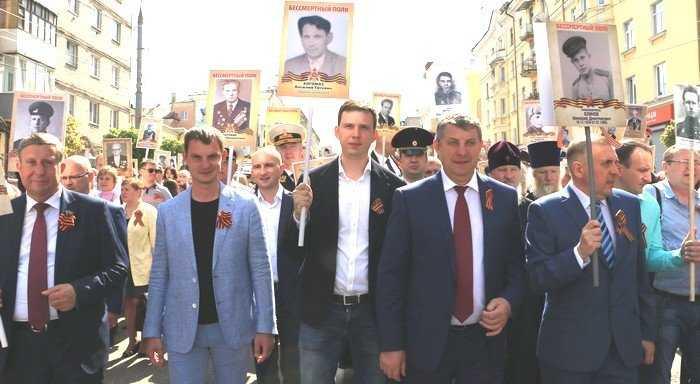 Чьи портреты нес брянский губернатор в колонне «Бессмертного полка»