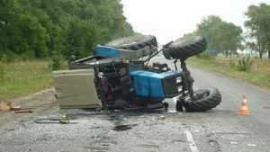 На брянской трассе перевернулся трактор – пострадал водитель