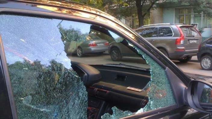Неизвестные разбили автомобиль брянского депутата ЛДПР
