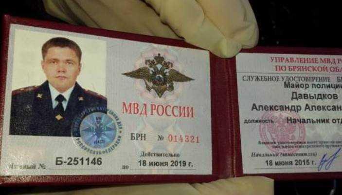 Задержанного при получении взятки офицера брянской полиции уволят