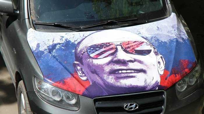 В Брянске появился автомобиль с Путиным на всем капоте