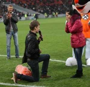 Брянский футболист предложил девушке руку и сердце