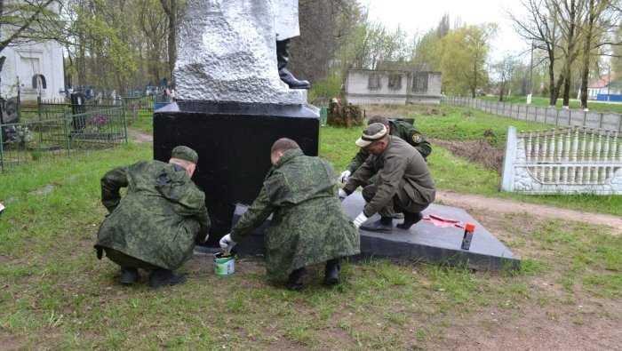 Брянские следователи привели в порядок памятник советским воинам