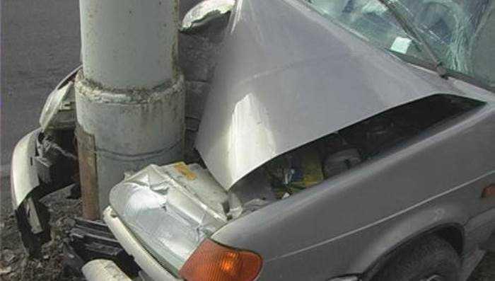 В брянском посёлке водитель сбил пешехода, протаранил столб и скрылся