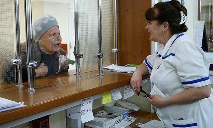 Брянские пенсионеры забыли, что в поликлиниках нужно здороваться