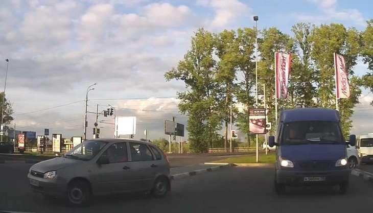 Брянская автомобилистка 4 минуты пыталась выехать с заколдованной стоянки