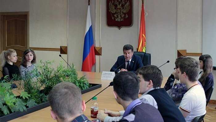 Главу Брянска студенты расспросили о свободных должностях в мэрии