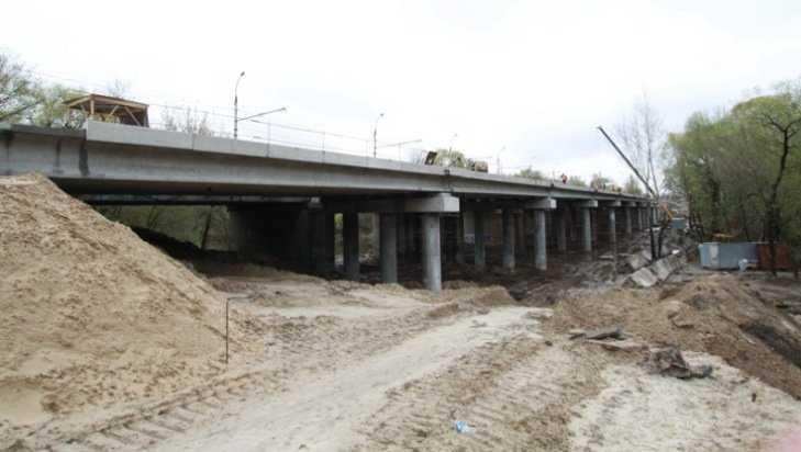 На Первомайском мосту Брянска начали устанавливать перила