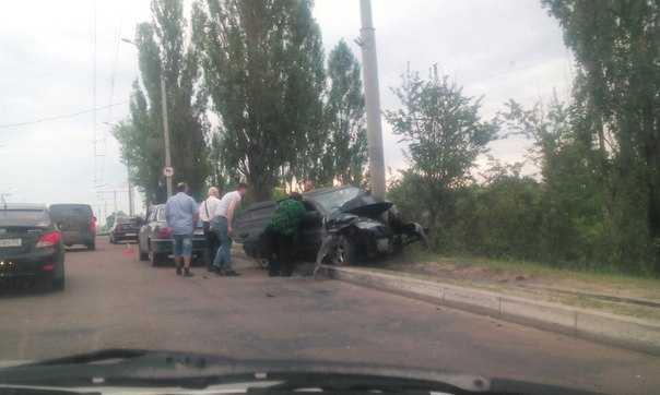 Водитель въехал в столб перед мостом у вокзала Брянск-I