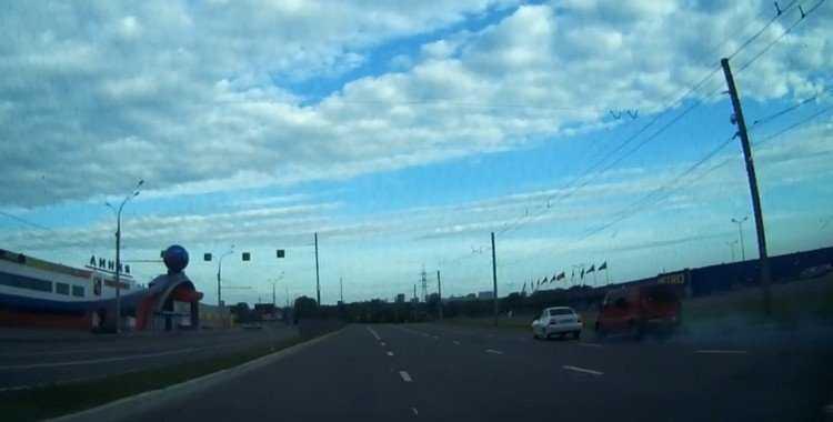 Опубликовано видео аварии на пустынной брянской дороге