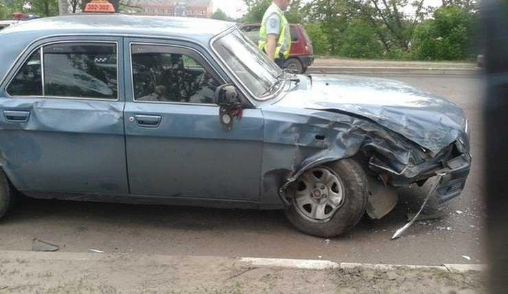 У вокзала Брянск-I водитель иномарки после столкновения врезался в столб