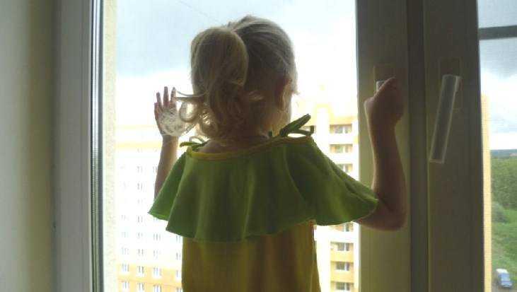 Полиция призвала брянцев не оставлять детей возле открытых окон