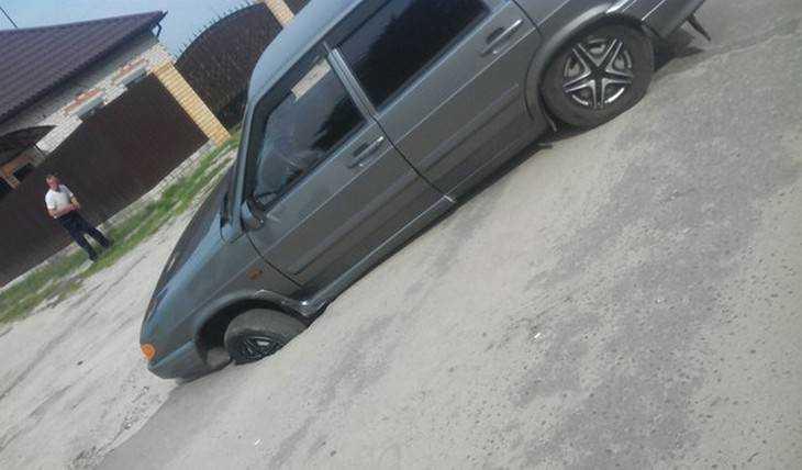 Под автомобилем брянца в Навле провалился асфальт