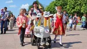 Участники брянского парада колясок получили призы от спонсоров